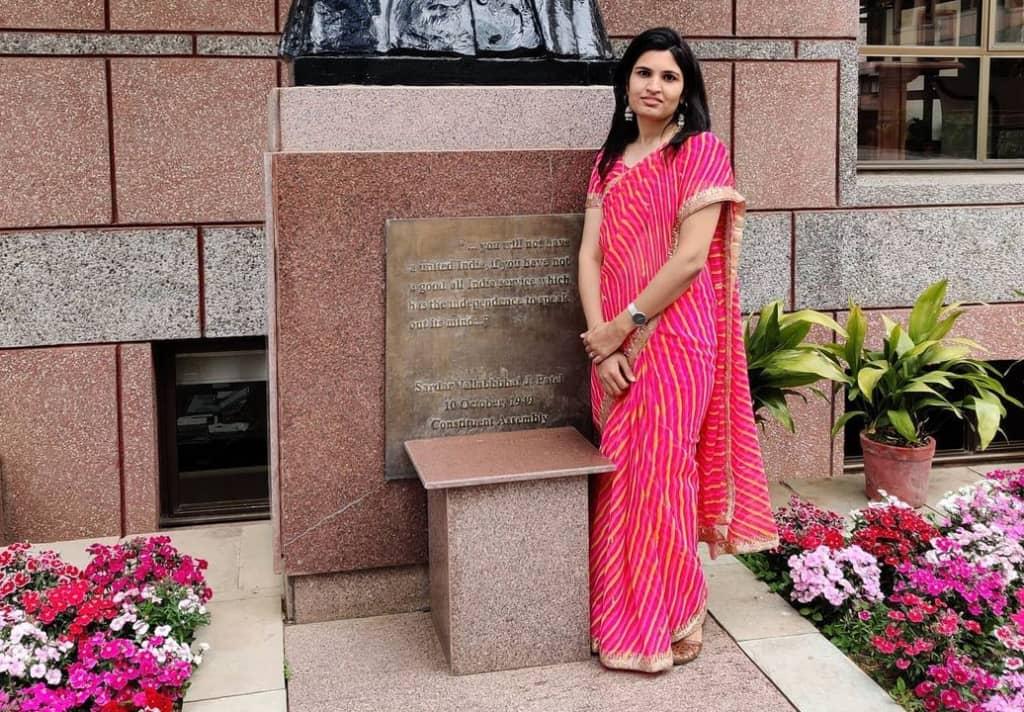 nidhi siwach ias biography, nidhi siwach in pink saree